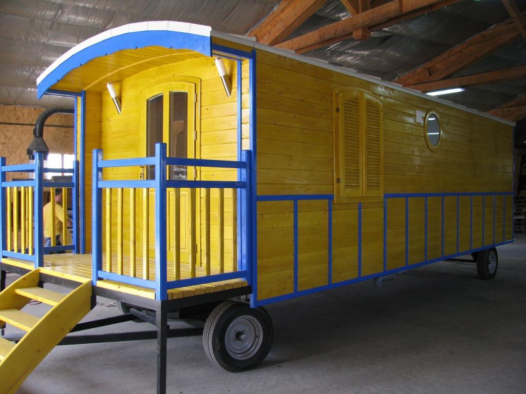 roulottes en bois hotel avec sanitaire. Black Bedroom Furniture Sets. Home Design Ideas