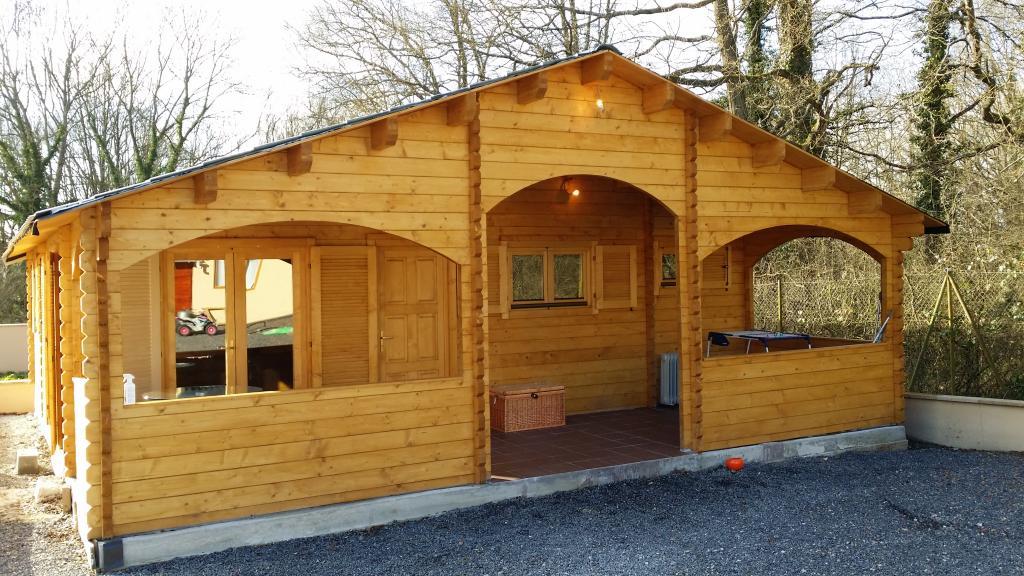 Maison bois de 67 m une terrasse couverte d en bois en for Construction chalet