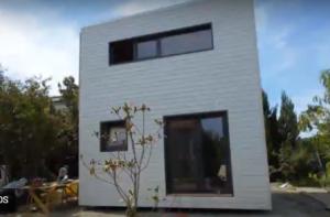 Photo Montage d'un studio à toit plat avec mezzanine tout équipé