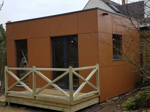 Photo Montage d'un studio en bois avec une toiture plate